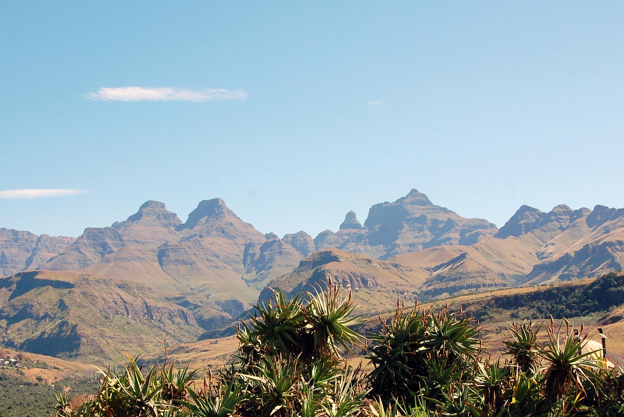 Bizarre Felsformen bestimmen die Kulisse des Cathedral Peak Nature Reserve.