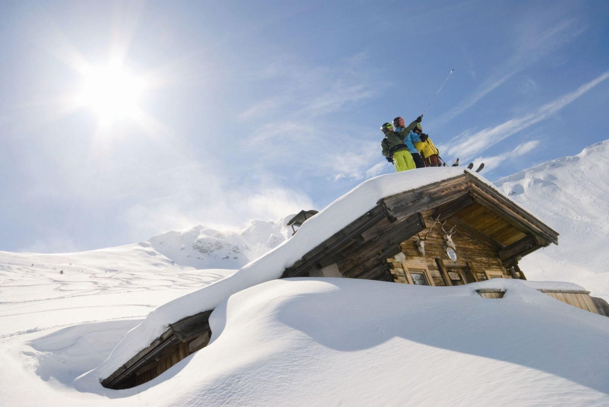 2-Skifahrer_Truppe_am_Hüttendach_Alpbach-klein