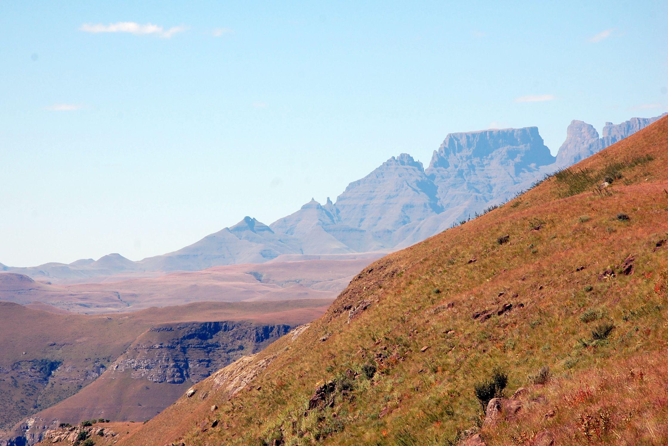 Blick in unendliche Weiten des Cathedral Peak Naturparks